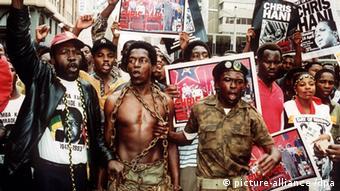 Des partisans de l'ANC dénoncent l'assassinat de Chris Hani