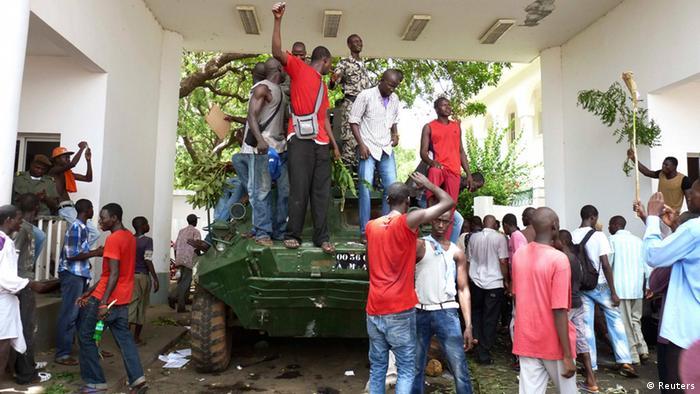 Wandamanaji wakiwa juu ya kifaru katika ikulu ya Bamako.