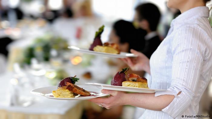 Kellnerin im Restaurant (Fotolia/MNStudio)