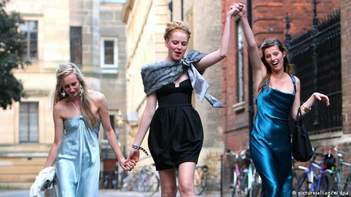 Trinity College May Ball.Revellers Emily Knight, Lucy Ward, and Jessica Swinton make their way home after celebrating the end of the university term by going to a May Ball at Cambridge University Trinity College. Picture date: Tuesday June 17, 2008. The college balls held during May Week - a fortnight in June - are the traditional way for students to let their hair down after taking their end-of-year exams. Foto: Chris Radburn/PA Wire +++(c) dpa - Report+++