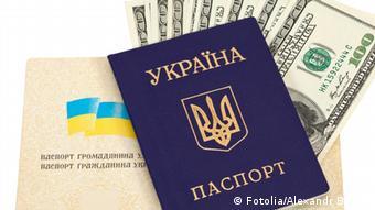 Украинские паспорта и долларовые купюры
