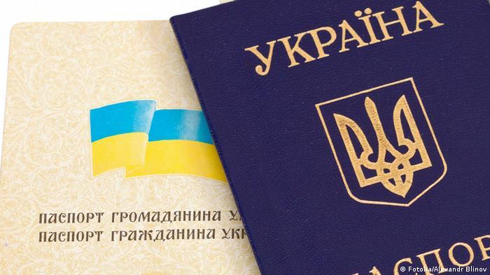 Украинский паспорт лежит на столе