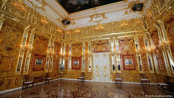 The Amber Room in the Catherine Palace in Pushkin near St. Petersburg (Archivfoto vom 17.05.2008). Foto: dpa