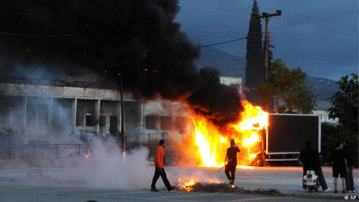 A truck burns during clashes between supporters of the extreme far-right Golden Dawn and police after an anti-immigrant protest in the southwestern Greek port of Patras on Tuesday, May 22, 2012. The marches followed the fatal stabbing of a local man, allegedly by Afghan illegal immigrants. Golden Dawn, which rejects the neo-Nazi tab, elected 21 legislators in last month's national elections, entering Parliament for the first time on a tide of anti-immigration sentiment. (Foto:Giannis Androutsopoulos/AP/dapd)