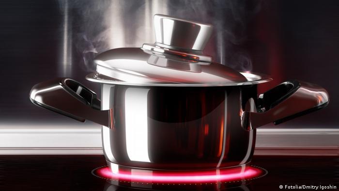 Dampfender Kochtopf mit Deckel