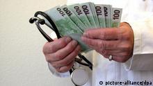 Ein Arzt hält ein Stethoskop sowie etliche 100-Euro-Scheine in der Hand. Gestellte Aufnahme vom 04.03.2005. Foto: Jürgen Effner +++(c) dpa - Report+++
