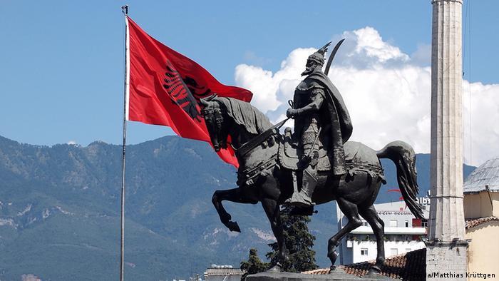 Albanien Tirana Stadt Skanderbeg Platz mit Skanderbeg Reiterstandbild (Fotolia/Matthias Krüttgen)