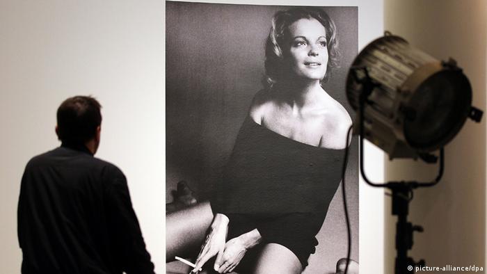 Ein Mann schaut sich am Mittwoch (04.04.2012) in Bonn ein Filmplakat mit der Schauspielerin Romy Schneider an Foto: Oliver Berg dpa/lnw