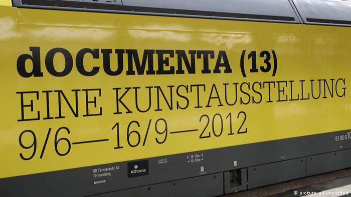 Der Werbeschriftzug für die documenta (13) (Foto: Uwe Zucchi dpa/lhe)