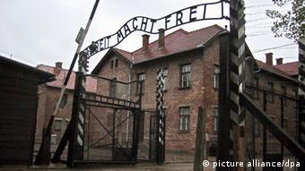Außenansicht des Eingangsbereichs zum nationalsozialistischen Konzentrationslager Auschwitz-Birkenau mit der Inschrift Arbeit macht frei über dem Tor (Foto: Frank Leonhardt/ dpa)