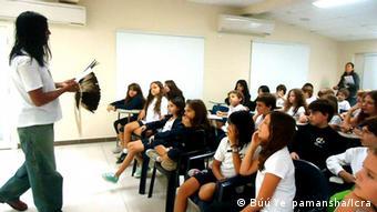 Brasilien Indigene sprechen vor einer Schulklasse