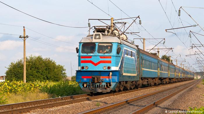 Russian passenger train hauled by electric locomotive © Leonid Andronov #40250755