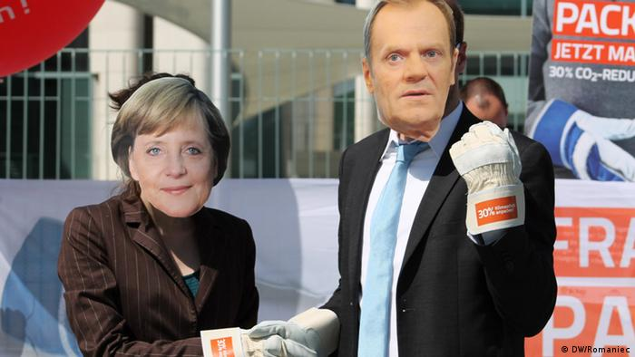 Klimaschutzaktivisten spielen Angela Merkel und Donald Tusk. Ort: Berlin Zeit: 25.5. Foto: DW/Romaniec