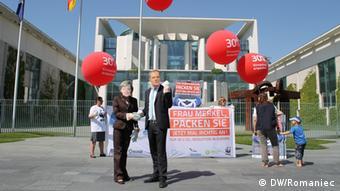 Klimaschutzaktivisten spielen Angela Merkel und Donald Tusk vor dem Kanzleramt. Ort: Berlin Zeit: 25.5. Foto: DW/Romaniec