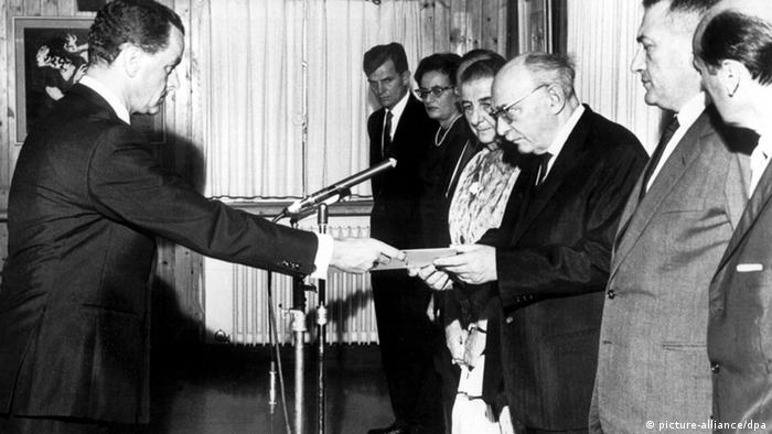 Israel recognizes West Germany (picture-alliance/dpa)