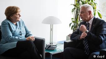 Bundeskanzlerin Angela Merkel und der geschäftsführende griechische Ministerpräsident Panagiotis Pikrammenos (Foto: dapd)