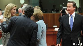 British Prime Minister David Cameron, right, looks at German Chancellor Angela Merkel, second right, Denmark's Prime Minister Helle Thorning-Schmidt, left, and European Commission President Jose Manuel Barroso, prior to the start of an EU summit, at the European Council building in Brussels, Wednesday, May 23(Foto:Yves Logghe/AP/dapd)