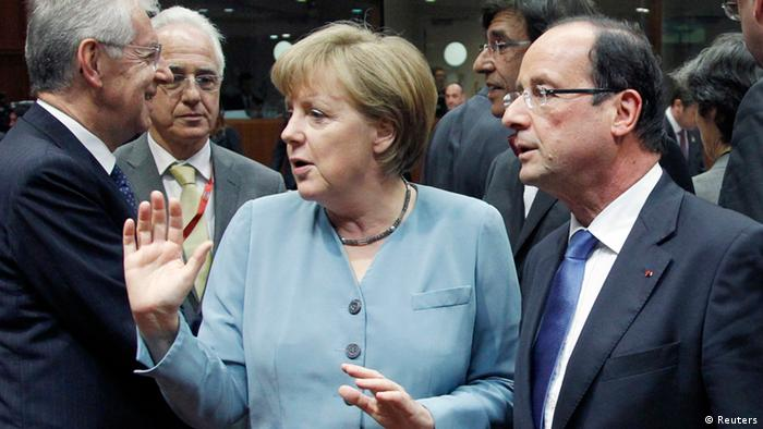 (L-R) Italy's Prime Minister Mario Monti, Germany's Chancellor Angela Merkel and France's President Francois Hollande attend an informal EU leaders summit in Brussels May 23, 2012. European leaders will try to breathe life into their stricken economies at a summit over dinner on Wednesday, but disagreement over the issue of mutual euro-zone bonds and whether they can alleviate two years of debt turmoil will dominate the gathering. REUTERS/Francois Lenoir (BELGIUM - Tags: POLITICS BUSINESS)