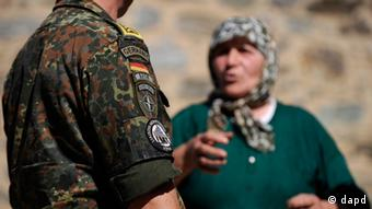 A german soldier in the village of Draicici, near nahe Prizren (Kosovo) speaking to a local woman (Foto 09.10.09). Foto: Steffi Loos/dapd