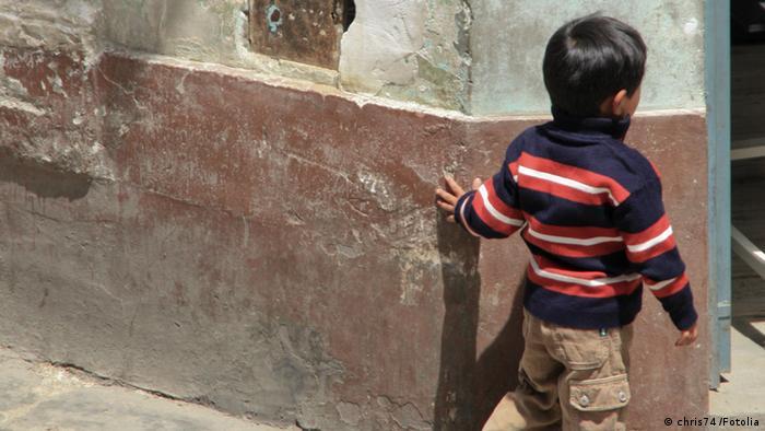 Symbolbild Kind schaut um die Ecke