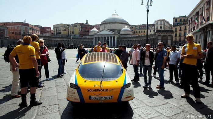 Das Solarauto Solarworld GT fährt um die Welt, nur mit Sonnenenergie. Hier in Neapel mit Schaulustigen. Copyright: SolarWorld AG Mai, 2012