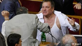 An opposition lawmaker Mykola Petruk receives first aid after fighting between pro-presidential and opposition factions in the parliament session hall in Kiev, Ukraine, Thursday, May 24, 2012. A violent scuffle has erupted in Ukraine's parliament over a bill that would allow the use of the Russian language in courts, hospitals and other institutions in the Russian-speaking regions of the country. (Foto:Maks Levin/AP/dapd)