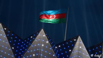 Die Flagge von Aserbaidschan weht am Dienstag (22.05.12) in Baku, der Hauptstadt von Aserbaidschan, ueber der beleuchteten Kristallhalle (Crystal Hall), dem Austragungsort fuer den Eurovision Song Contest (ESC) 2012. Das Finale des ESC findet am Samstag (26.05.12) statt. (zu dapd-Text) Foto: Nigel Treblin/dapd.
