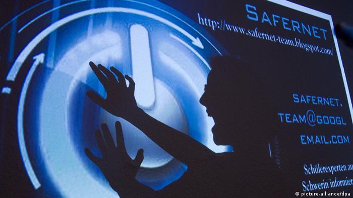 ARCHIV - Nur als Schatten ist Dorothea Hallier vom Schweriner Schülerteam «Safernet» am 15.11.2011 vor der Präsentation zu sehen, die mit einem Beamer projiziert wird. Unter dem Motto «Sicherheit macht Schule» präsentieren Mecklenburg-Vorpommerns Innenminister Caffier und Bildungsminister Brodkorb am Dienstag (21.02.2012) auf einer Pressekonferenz in Schwerin Unterrichtskonzepte gegen Internetkriminalität und Cybermobbing bei Kindern und Jugendlichen. Foto: Jens Büttner dpa/lmv +++(c) dpa - Bildfunk+++