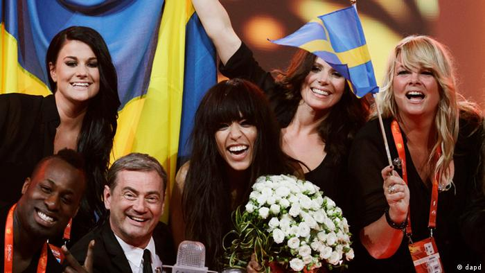 Swedish Loreen, center, celebrates her victory at the 2012 Eurovision Song Contest at the Baku Crystal Hall in Baku, Sunday, May 27, 2012. (Foto:Sergey Ponomarev/AP/dapd)