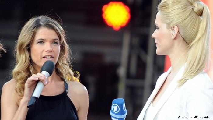 Eurovision Song Contest - Jury-Mitglied Anke Engelke (l) und Moderatorin Judith Rakers stehen 26.05.2012 bei der deutschen Grand-Prix-Party in Hamburg zum Finale des Eurovision Song Contest (Foto: picture-alliance/dpa)