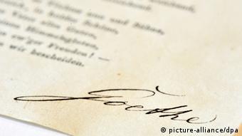 Ein Blatt mit der Unterschrift Johann Wolfgang Goethes im Goethe-Nationalmuseum in Weimar.Foto: Martin Schutt dpa/lth