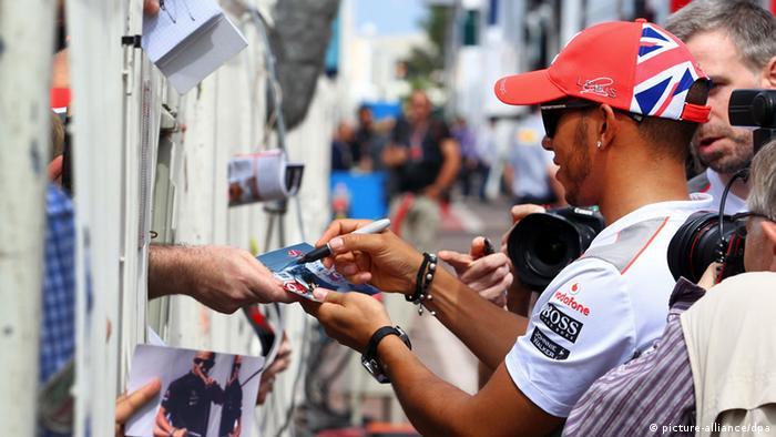 Rennfahrer Lewis Hamilton gibt Fans Autogramme Photo: Jens Buettner dpa +++(c) dpa - Bildfunk+++