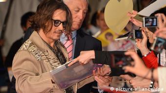 Schauspieler Johnny Depp gibt Fans Autogramme. Foto: DW
