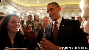 US-Präsident Barack Obama beim Autogramme-Schreiben.