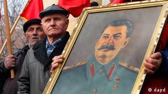 Ljudi sa Staljinovom slikom