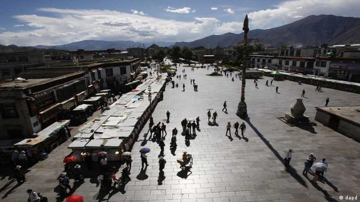 Lhasa Platz vor Johhang Tempel in Tibet (dapd)