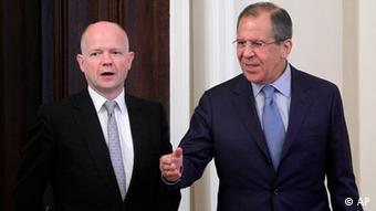 Russian Foreign Minister Sergey Lavrov, right, welcomes his British counterpart William Hague during their meeting in Moscow, Russia, Monday, May 28, 2012 , expected to focus on the Syria crisis. (Foto:Misha Japaridze/AP/dapd)