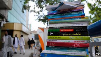 Bücherstapel in Kabul (Foto: DW)