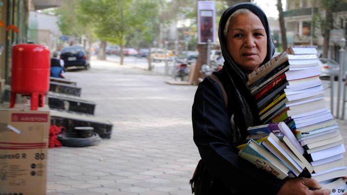 Bücherverkäuferin Guljahan Jahanbeen in Kabul (Foto: DW)