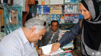 Guljahan Jahanbeen mit älterem Leser (Foto: DW)