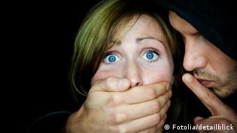 Mann hält einer Frau den Mund zu © detailblick #26718227