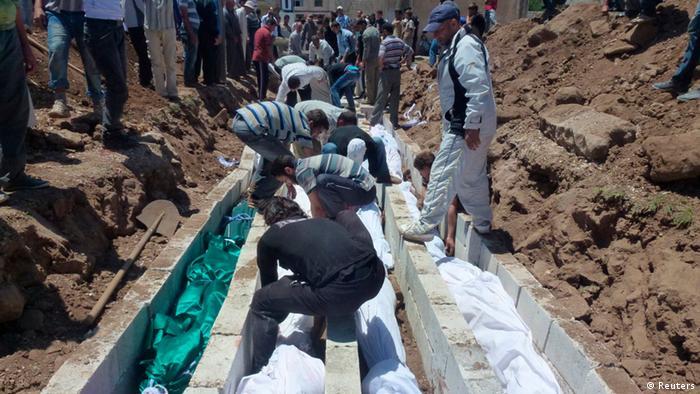 خاکسپاری قربانیان کشتار حوله در سوریه