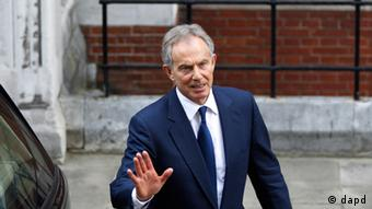 Former British Prime Minister Tony Blair leaves the High Court in London Monday, May 28, 2012 after he gave evidence to the Leveson media inquiry. Blair testified Monday that he never challenged the influential British press because doing so would have plunged his administration in a drawn-out and politically damaging fight. The Leveson inquiry is Britain's media ethics probe that was set up in the wake of the scandal over phone hacking at Rupert Murdoch's News of the World, which was shut in July 2011,after it became clear that the tabloid had systematically broken the law. (Foto:Lefteris Pitarakis/AP/dapd).