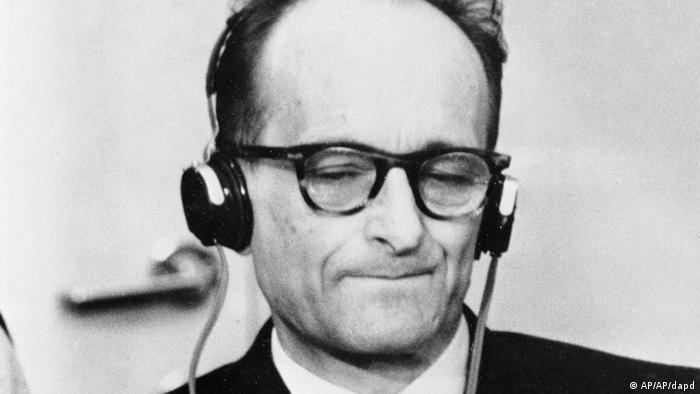 Эйхман во время процесса слушает требование обвинения вынести ему смертный приговор