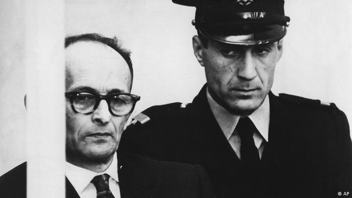 Adolf Eichmann verfolgt seinen Prozess hinter schusssicherem Glas (Foto: AP Photo/Str)