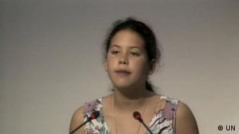 Die 12jährige Severn Cullis-Suzuki hält eine Rede bei der Rio-Konferenz für nachhaltige Entwicklung 1992. Die junge Kanadierin hatte die ECO-Umweltgruppe als 9 jährige gründeten. Als Teenager reisten sie und andere Kinder zur UN Konferez in Rio, wo Severn eine vielbeachtete Rede hielt. Sie wurde bekannt als das Mädchen das die Welt für 5 Minuten zum Schweigen brachte. Cullis-Suzuki arbeitet im Umweltbereich und in den Medien. Copyright: UN Rio de Janeiro, 1992 ***Achtung: grenzwertige Bildqualität***