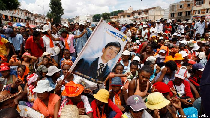(FILE) A file photo dated 18 March 2009 shows supporters of then opposition leader Andry Rajoelina gathering in the streets as he arrives at a rally in Antananarivo, Madagascar. An army general in Madagascar declared 17 November that he had suspended the island_s institutions - as millions of people voted on a new constitution. General Noel Rakotonandrasana, ex-minister of the armed forces, told a press conference at a barracks near Antananarivo airport that a military committee had taken power from the interim authority of embattled leader Andry Rajoelina. EPA/KIM LUDBROOK +++(c) dpa - Bildfunk+++