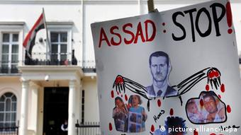 epa03240755 An anti-Syrian president Bashar al-Assad placard is seen outside the Syrian Embassy in London, Britain, 29 May 2012. Britain has expelled the ambassador of Syria from the UK in protest at the alleged massacre by security forces of more than 100 people in Houla, Syria. EPA/ANDY RAIN +++(c) dpa - Bildfunk+++