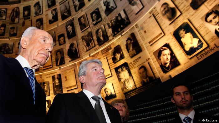 یوآخیم گاوک رئیسجمهور آلمان و شیمون پرز همتای اسرائيلی او هنگام بازدید از موزه هولوکاوست در اورشلیم