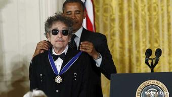 Barock Obama fastens the Medal of Freedom on Bob Dylan